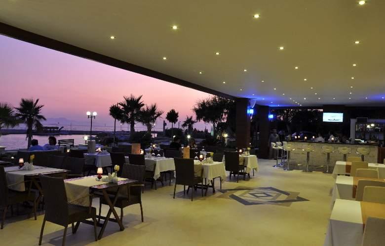 Small Beach Hotel - Restaurant - 10