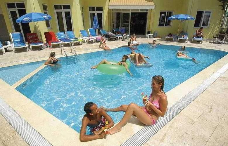 Remi Hotel - Pool - 7