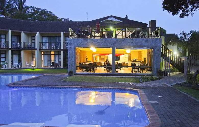 Elephant Lake Hotel - Pool - 9
