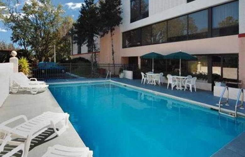 Quality Inn & Suites - Pool - 9