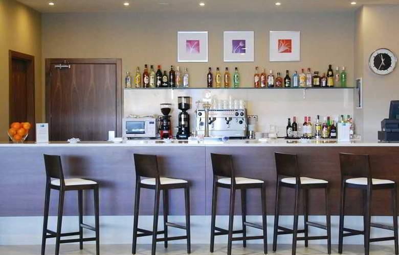 Holiday Inn Express Campo de Gibraltar - Barrios - Bar - 10
