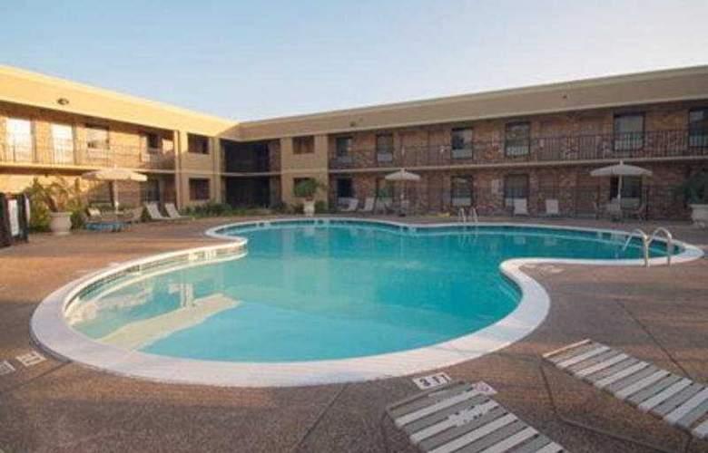 Quality Inn Biloxi - Pool - 7