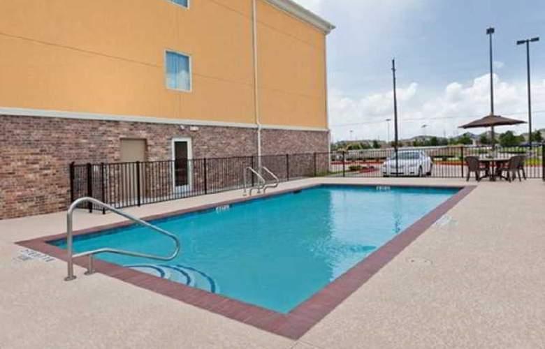 Comfort Suites - Pool - 1
