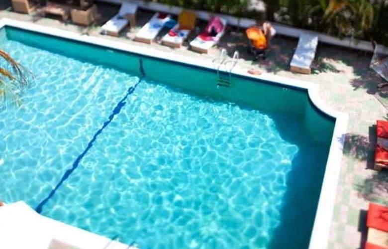 Suites of Dorchester - Pool - 4