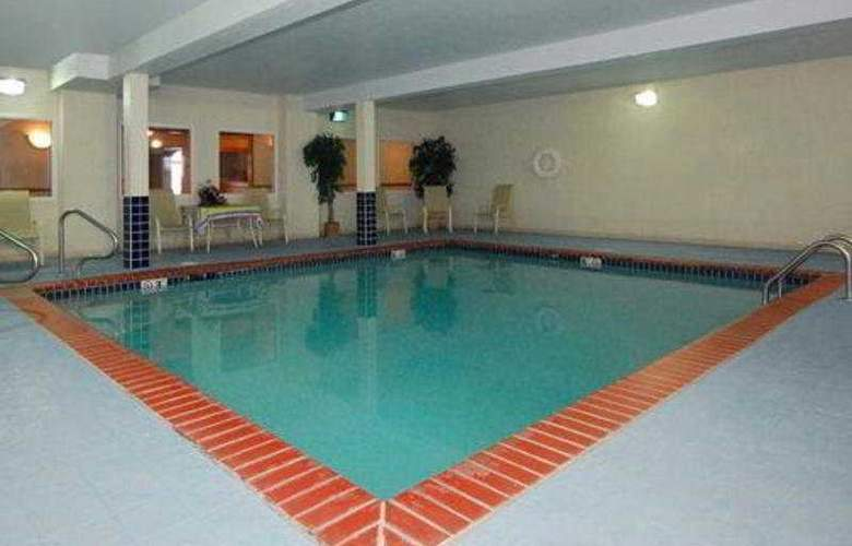 Quality Inn & Suites Chesterfield Village - Pool - 4