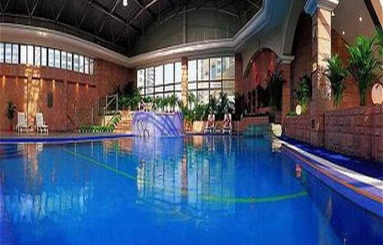 Crowne Plaza Hotel & Suites - Pool - 4