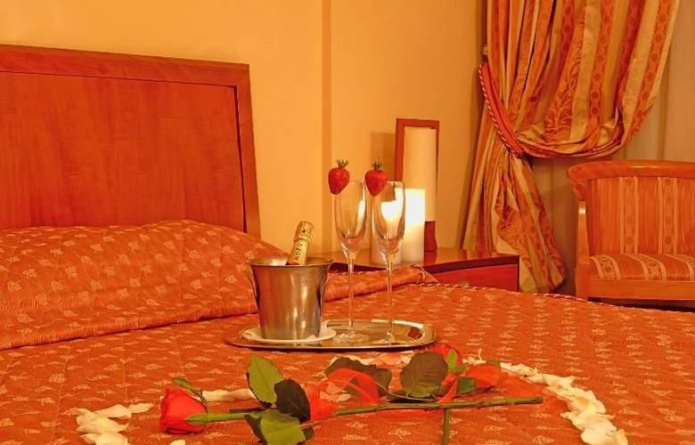 Ambassador Hotel - Room - 2
