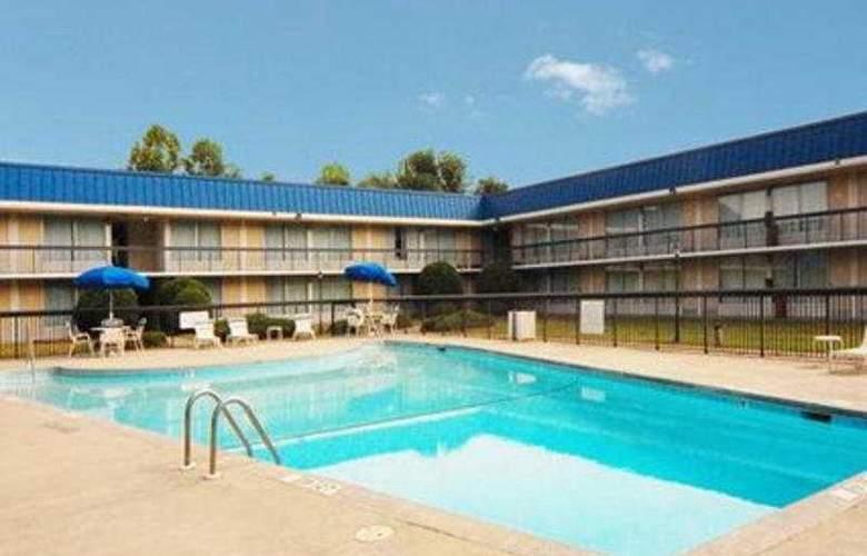 Econo Lodge Inn & Suites - Pool - 6