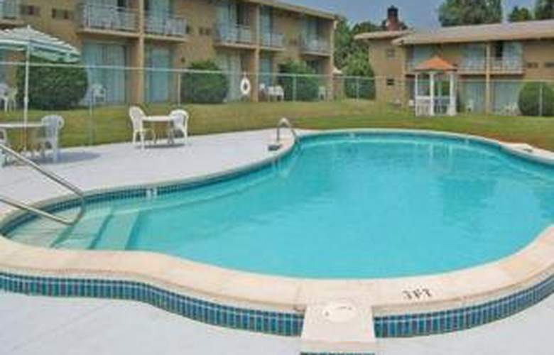 Econo Lodge Williamsburg - Pool - 4