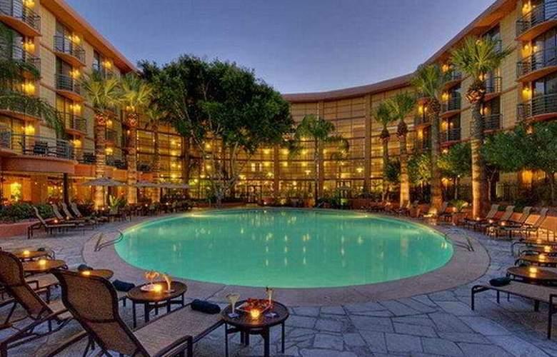 Embassy Suites Phoenix Biltmore - Pool - 5