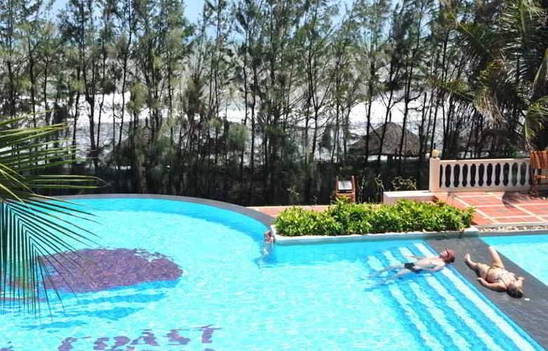 Golden Coast Resort & Spa - Pool - 11
