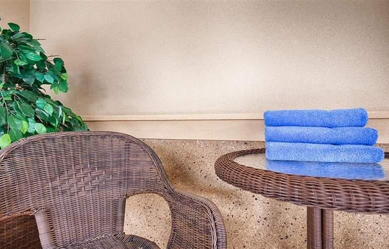 Best Western Plus Jfk Inn & Suites - Pool - 33