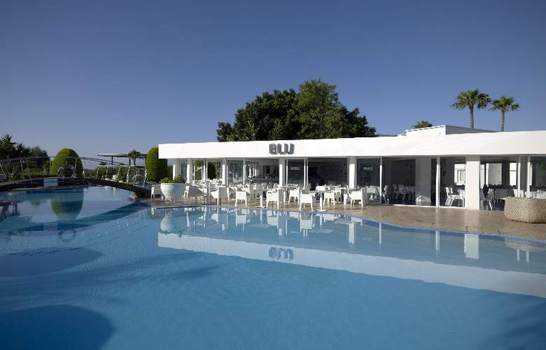 So White Boutique Suites - Pool - 10