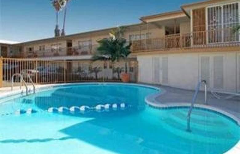Econlodge Inn & Suites West Hollywood - Pool - 3