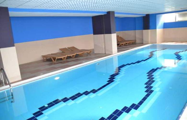 Vila Aeroport Rinas - Pool - 13