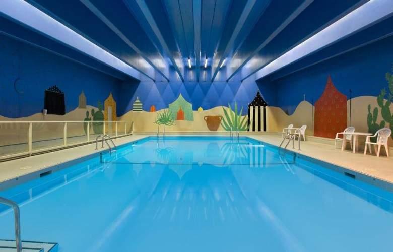 Coast Plaza Hotel & Suites - Pool - 4