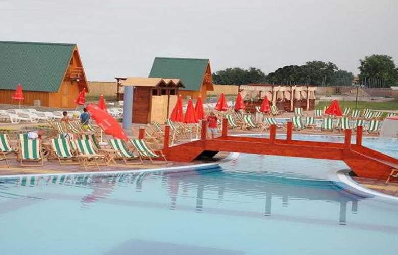 Queen Hotel - Pool - 3