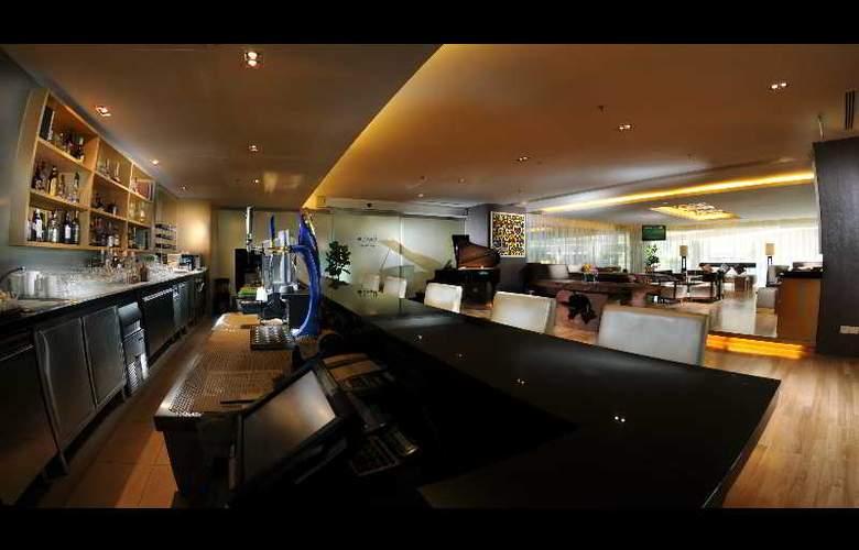 Riverside Majestic Hotel Kuching - Bar - 4