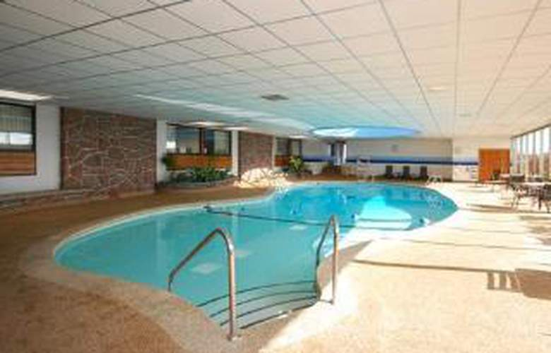 Clarion Hotel Airport - Pool - 6