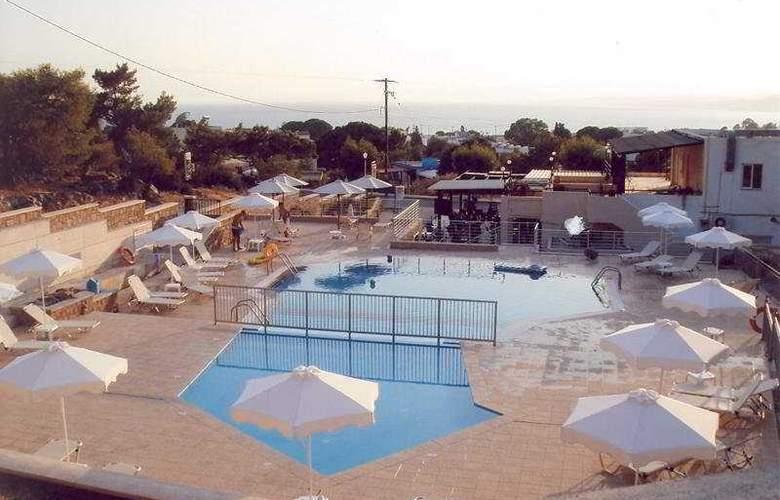Nikitas 2 Studios - Pool - 6
