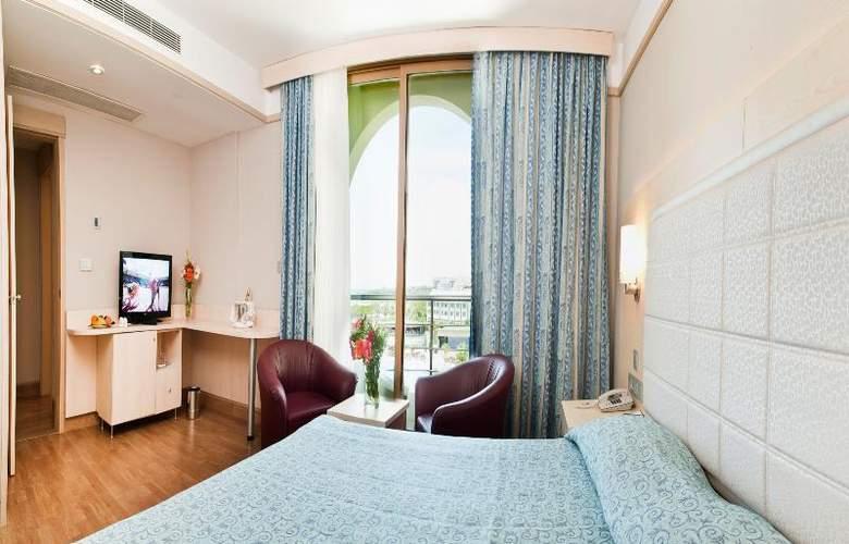 Golden Coast Resort - Room - 16