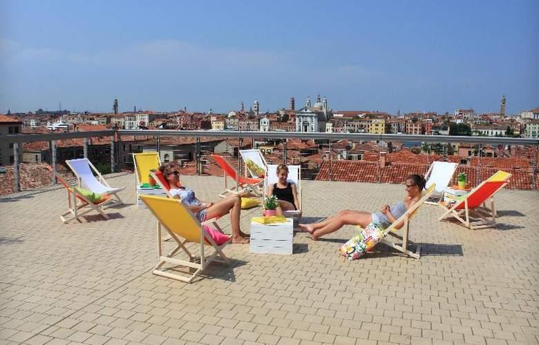 Sunny Terrace Hostel - Terrace - 33