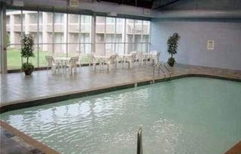 Quality Inn & Suites - Pool - 4