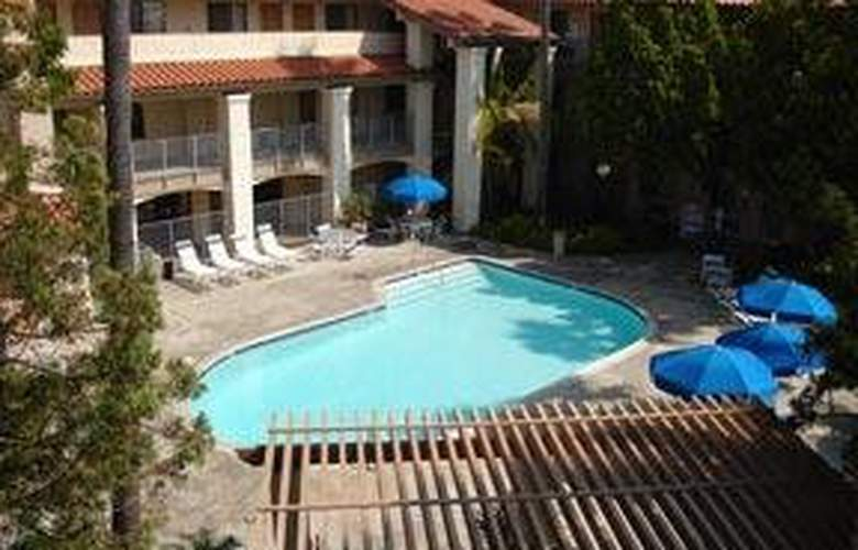 Quality Inn & Suites North/Legoland Area - Pool - 6