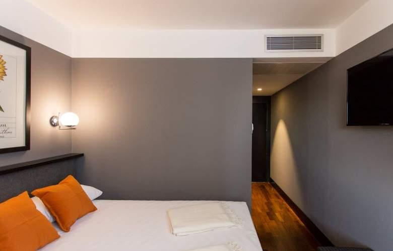 Malcom and Barret - Room - 7