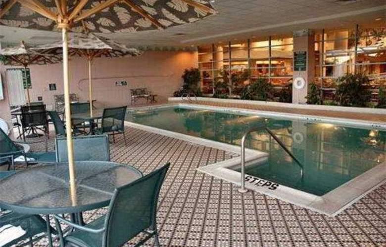 Embassy Suites Hotel Syracuse - Pool - 5