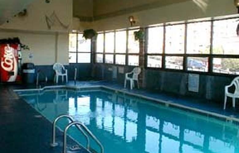 Quality Inn - On the Strip - Pool - 3