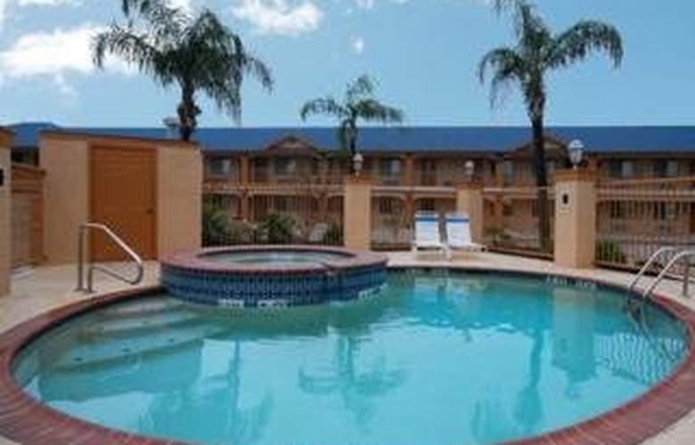 Econo Lodge & Suites - Pool - 4