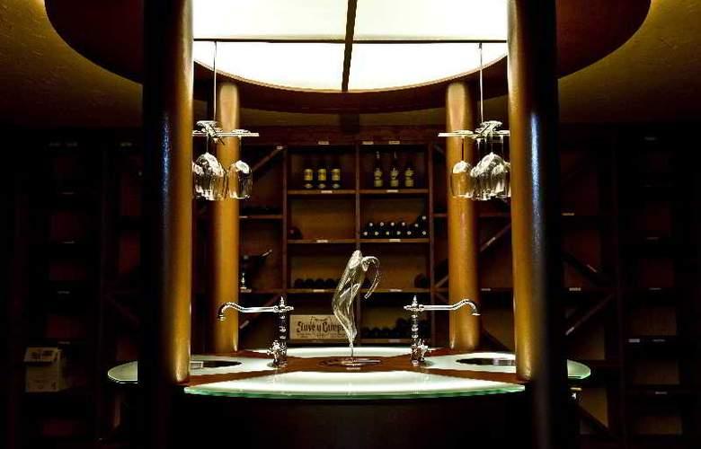 Hispanos 7 Suiza Apartament-Restaurant - Bar - 11