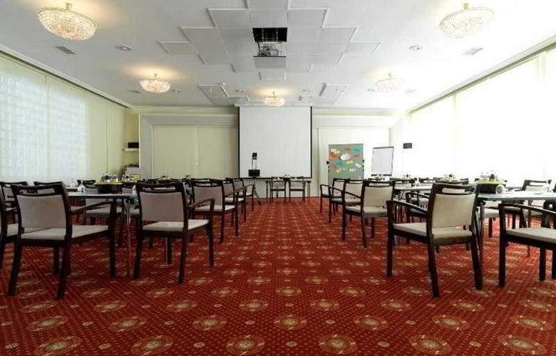 Stefanie - Conference - 4