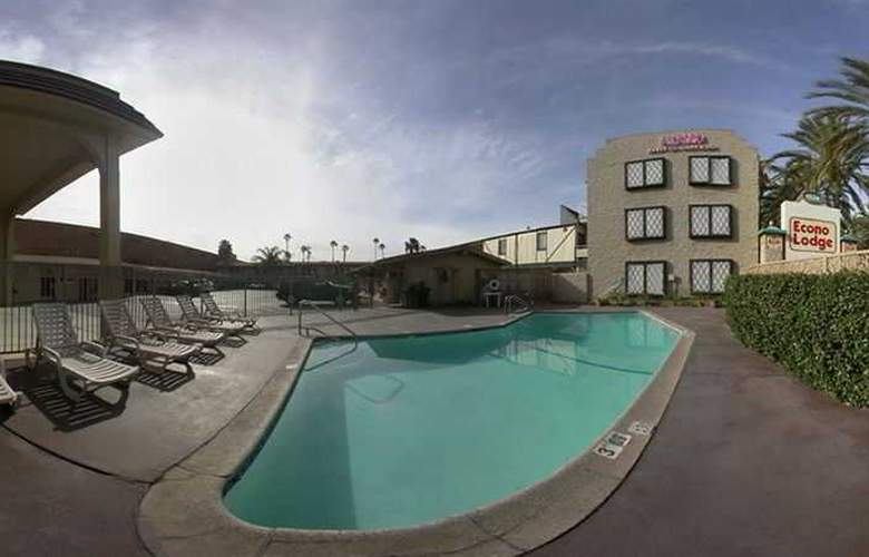 Anaheim Discovery Inn & Suites - Pool - 0