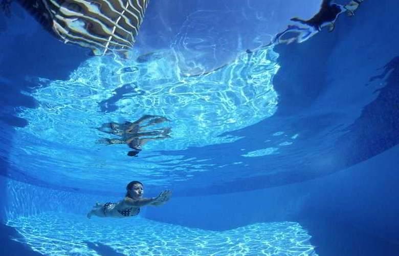 Gemini Court Holiday Apartments - Pool - 3