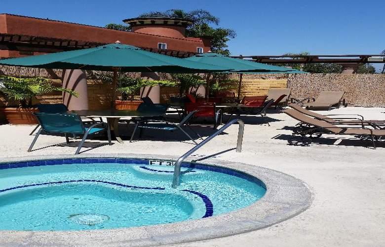 Comfort Inn Maingate - Pool - 4