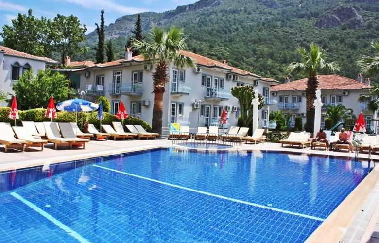 Majestic Hotel - Pool - 13