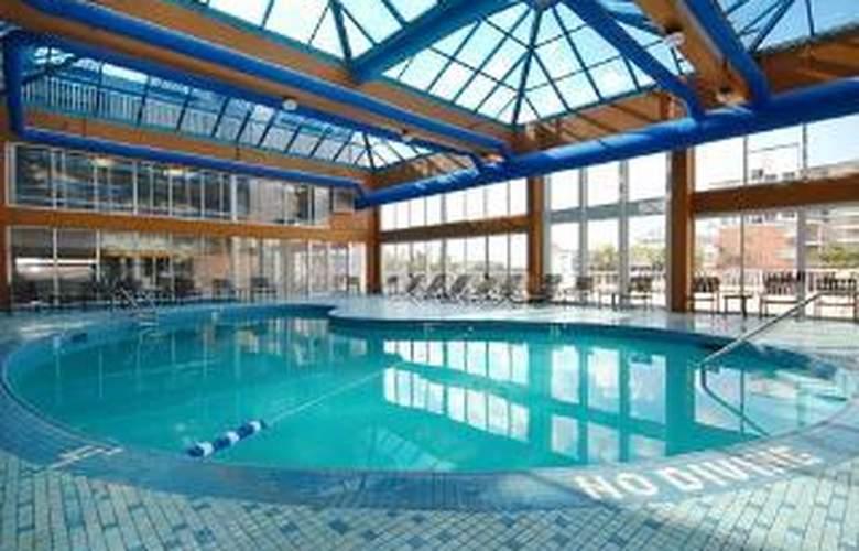 Quality Inn & Suites Beachfront - Pool - 4