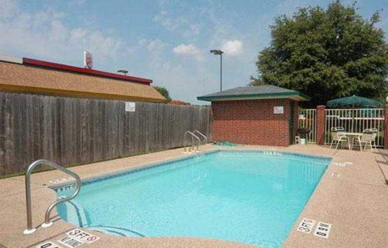 Econo Lodge Inn & Suites - Pool - 3