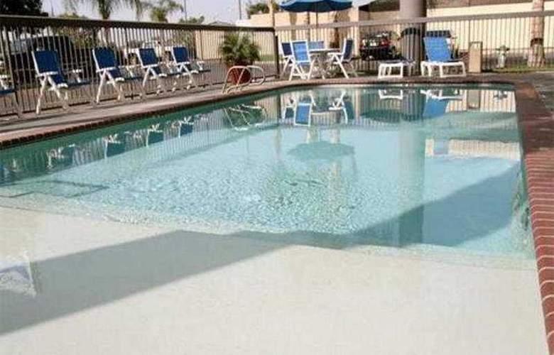 Hampton Inn Bakersfield-Central - Pool - 3