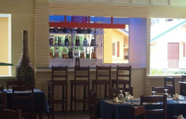 Blue Lagoon Inn & Suites - Bar - 10