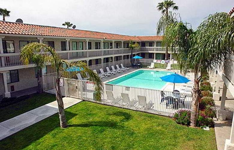 Motel 6 Carlsbad South - Pool - 3