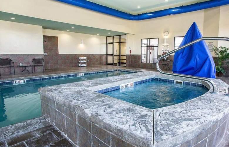 Comfort Suites - Pool - 19