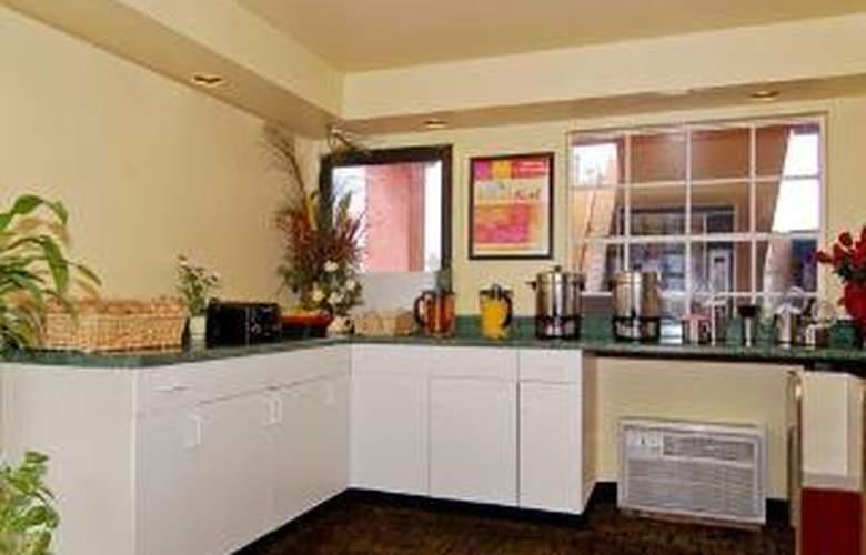 Econo Lodge  Inn & Suites Maingate Central - General - 3