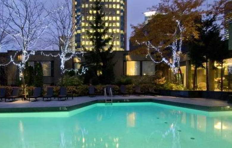 Hilton Montreal Bonaventure - Pool - 16