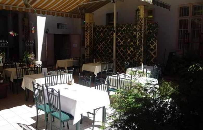 Fehér Páva Restaurant and Hostel - Hotel - 4