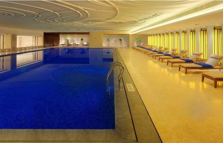 Radisson Blu Plaza Hotel Chongqing - Pool - 2