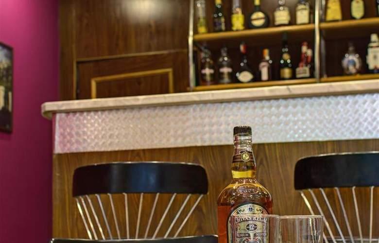 Luxury Family Hotel Bílá Labut - Bar - 71