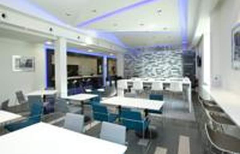 Holiday Inn Express Manchester Arena - Bar - 3